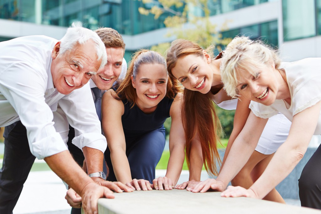 Glückliches Business Team bei erfolgreicher gemeinsamer Zusammenarbeit